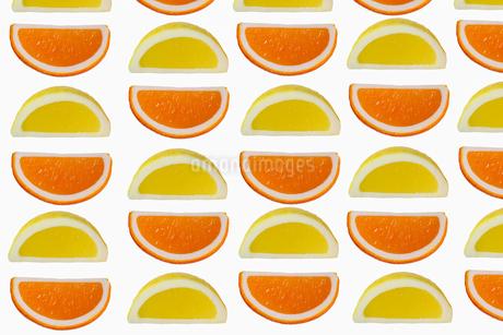 カットしたオレンジとレモンの背景画像の写真素材 [FYI02912943]