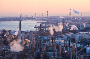 三重県四日市市の工業地帯の写真素材 [FYI02914974]