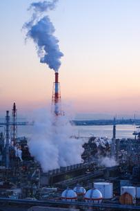 三重県四日市市の工業地帯の写真素材 [FYI02914975]
