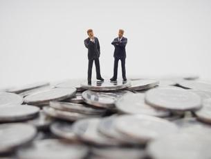 1円玉と二人のビジネスマンの写真素材 [FYI02915152]