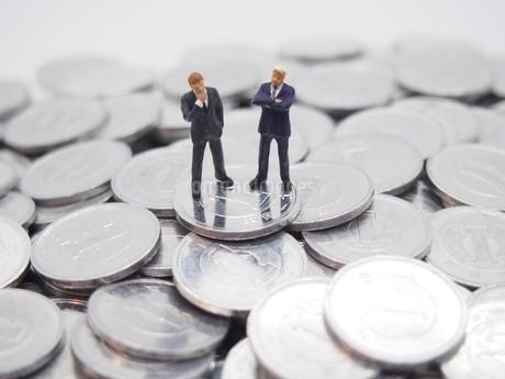 二人のビジネスマンと1円玉の写真素材 [FYI02915153]
