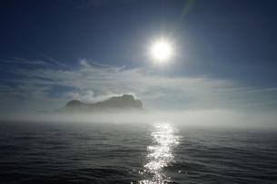 朝霧に浮かぶ妹島の写真素材 [FYI02916403]