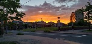 住宅街を照らすオレンジ色の夕焼けの写真素材 [FYI02917334]