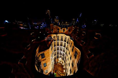 夜のカサ・ミラ 屋上 ライトアップの写真素材 [FYI02917425]