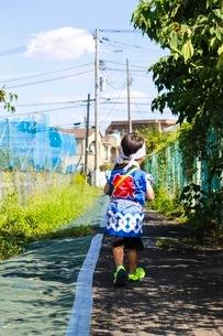 お祭り好きの男の子、暑さに負けずにウキウキワクワクで近所のおまつりへの写真素材 [FYI02917435]