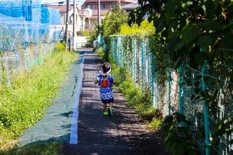 お祭り好きの男の子、暑さに負けずウキウキワクワクで近所のおまつりへの写真素材 [FYI02917438]