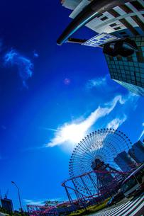 横浜コスモワールドと晴天の空の写真素材 [FYI02917514]