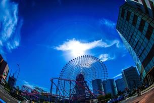 横浜コスモワールドと晴天の空の写真素材 [FYI02917515]