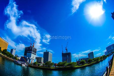 横浜みなとみらいの工事中のビルと晴天の空の写真素材 [FYI02917518]