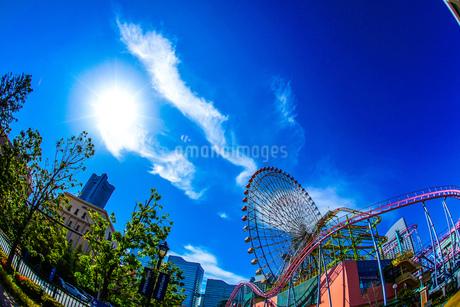 横浜コスモワールドと晴天の空の写真素材 [FYI02917519]