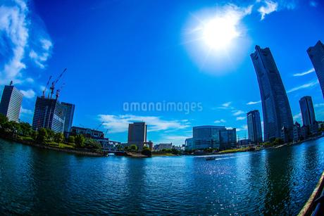 横浜ランドマークタワーと快晴の空の写真素材 [FYI02917522]