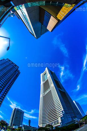 横浜ランドマークタワーと快晴の空の写真素材 [FYI02917533]