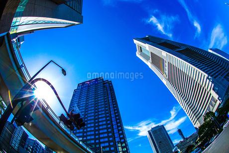 横浜ランドマークタワーと快晴の空の写真素材 [FYI02917534]