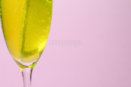 グラスの中のレモンの写真素材 [FYI02917684]