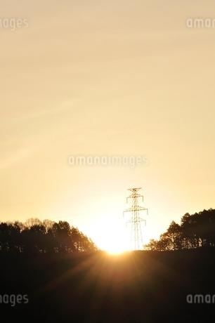 朝日に輝く鉄塔の写真素材 [FYI02919555]