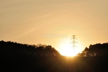 朝日に輝く鉄塔の写真素材 [FYI02919556]