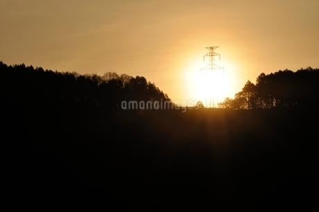 朝日に輝く鉄塔の写真素材 [FYI02919557]