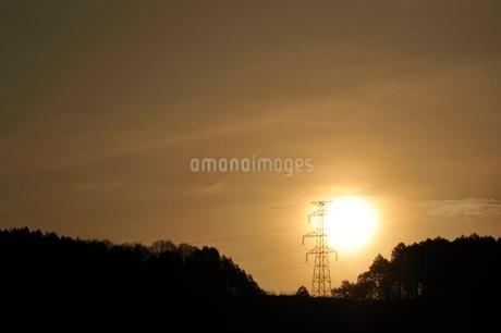 朝日に輝く鉄塔の写真素材 [FYI02919558]