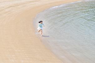ビーチで走る女の子の写真素材 [FYI02919596]