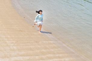 ビーチで走る女の子の写真素材 [FYI02919597]