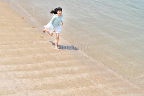ビーチで走る女の子の写真素材 [FYI02919598]