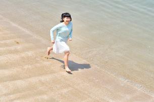 ビーチで走る女の子の写真素材 [FYI02919599]