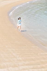 ビーチで走る女の子の写真素材 [FYI02919600]