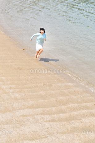 ビーチで走る女の子の写真素材 [FYI02919601]