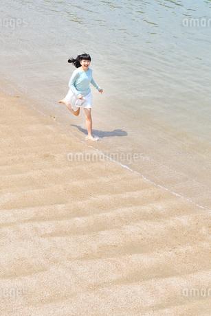 ビーチで走る女の子の写真素材 [FYI02919602]