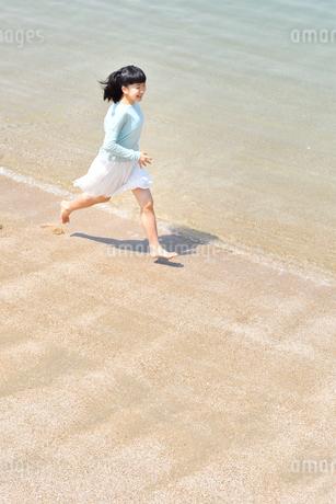 ビーチで走る女の子の写真素材 [FYI02919603]