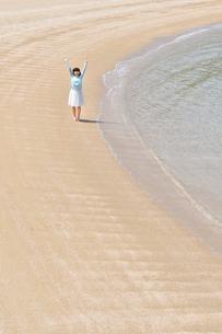 ビーチで手を上げる女の子の写真素材 [FYI02919724]