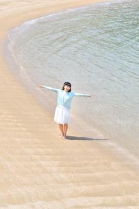 ビーチで手を上げる女の子の写真素材 [FYI02919726]