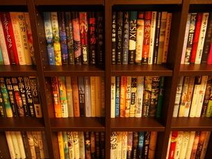 斜め上から見た木製の本棚の写真素材 [FYI02919856]