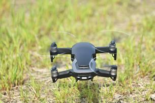 空中の小型ドローンの写真素材 [FYI02919980]