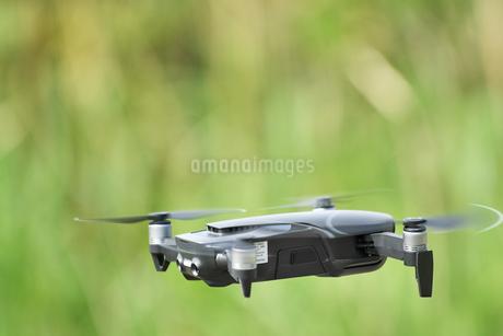 空中の小型ドローンの写真素材 [FYI02919981]