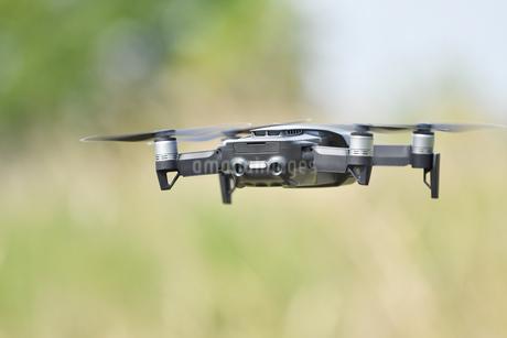 空中の小型ドローンの写真素材 [FYI02919983]