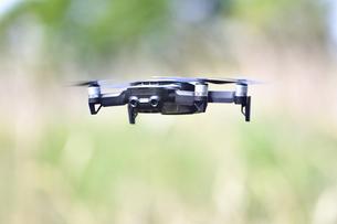 空中の小型ドローンの写真素材 [FYI02919984]