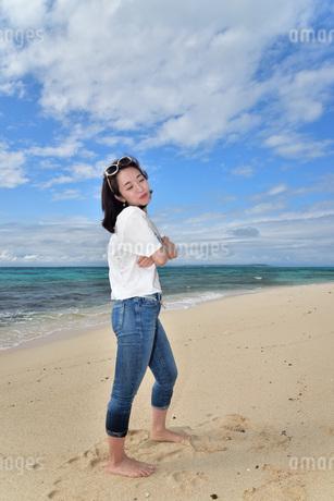 宮古島/ビーチでポートレート撮影の写真素材 [FYI02919994]