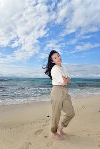 宮古島/ビーチでポートレート撮影の写真素材 [FYI02920000]