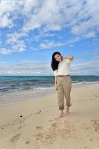 宮古島/ビーチでポートレート撮影の写真素材 [FYI02920004]
