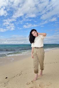 宮古島/ビーチでポートレート撮影の写真素材 [FYI02920005]