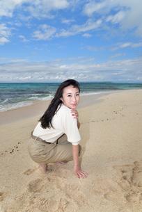 宮古島/ビーチでポートレート撮影の写真素材 [FYI02920009]