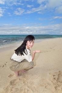 宮古島/ビーチでポートレート撮影の写真素材 [FYI02920011]