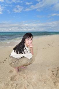宮古島/ビーチでポートレート撮影の写真素材 [FYI02920012]