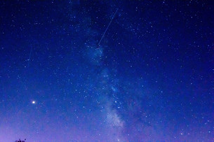 夏の星空と流れ星の写真素材 [FYI02920028]