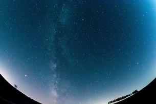 夏の星空と流れ星の写真素材 [FYI02920029]