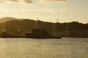 夕暮れの舞鶴の町並み(舞鶴港)の写真素材 [FYI02920037]