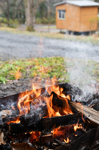 キャンプの焚火の写真素材 [FYI02921959]