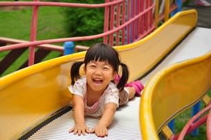 滑り台で遊ぶ女の子の写真素材 [FYI02921963]