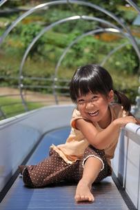 滑り台で遊ぶ女の子の写真素材 [FYI02921968]